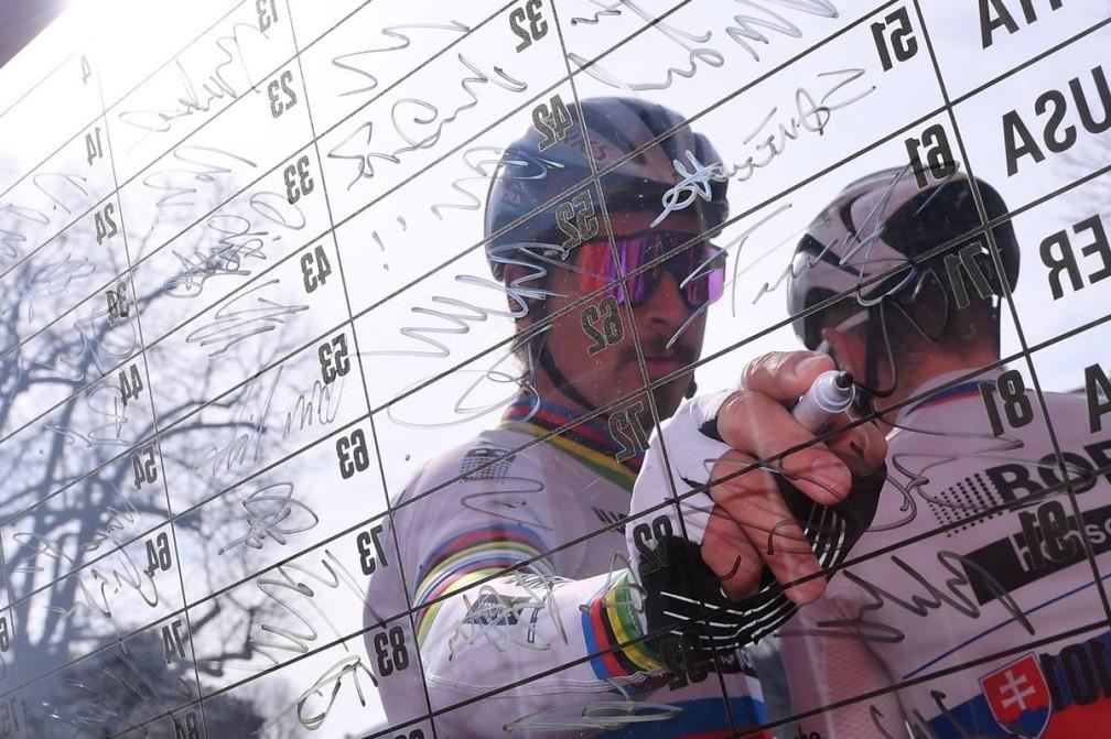 firme dei ciclisti alla partenza della Milano-Sanremo
